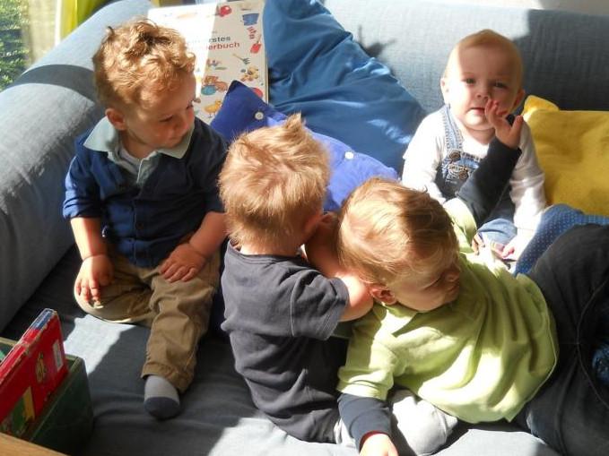 2-Jährige beim Spielen